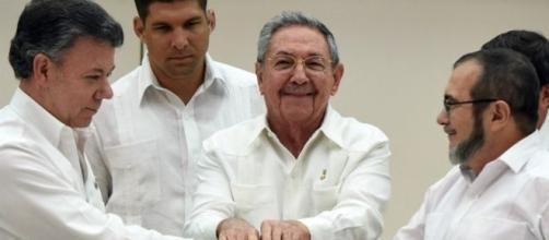 El apretón de manos que simboliza el acuerdo entre el Gobierno de Colombia y las FARC