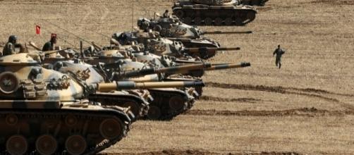 I carri armati turchi hanno passato il confine con la Siria ed attaccato le postazioni dell'Isis