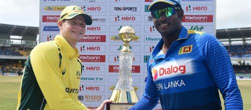Steven Smith and Angelo Mathews with the trophy (Panasiabiz.om)