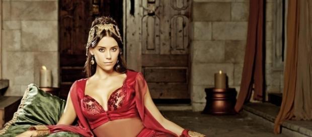 Cansu Dere, durante ensaio fotográfico de moda: da Turquia para o mundo