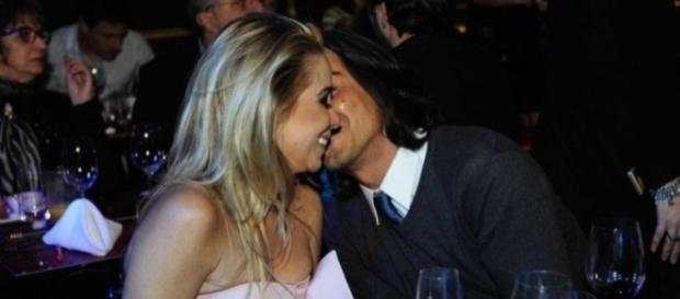 Danielle Winits e André Gonçalves beijam muito em inauguração de restaurante
