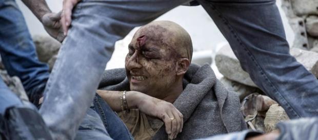 Homem sendo resgatado de escombros