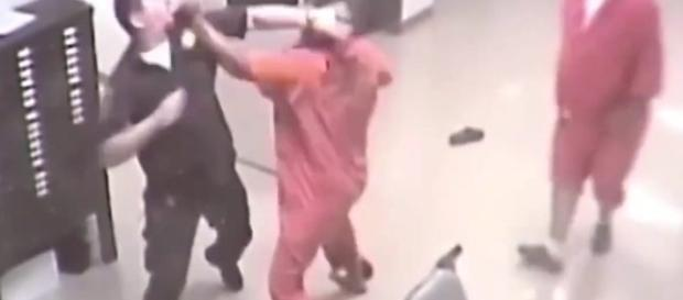 Momento em que o detento ataca o policial.