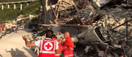 Terremoto, si scava a Pescara del Tronto: due bambine sotto le macerie - anconatoday.it