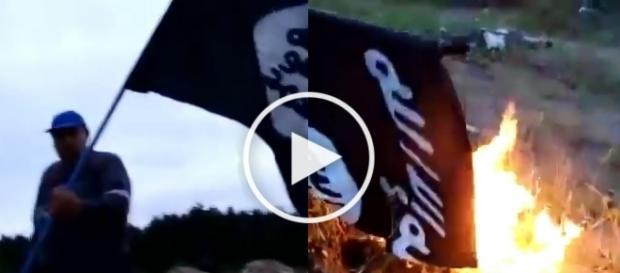 Krzysztof Kononowicz pali flagę ISIS.