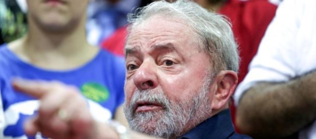 Lula faz duras críticas e defende Dilma em encontro