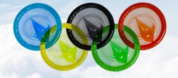 Milhares de camisinhas descartadas pelos atletas quase entopem esgoto da vila olímpica