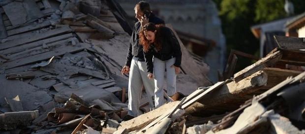 Una mujer busca a sus familiares bajo los escombros