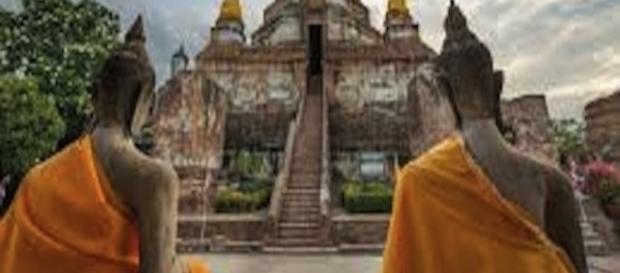 Monjes meditan frente al templo