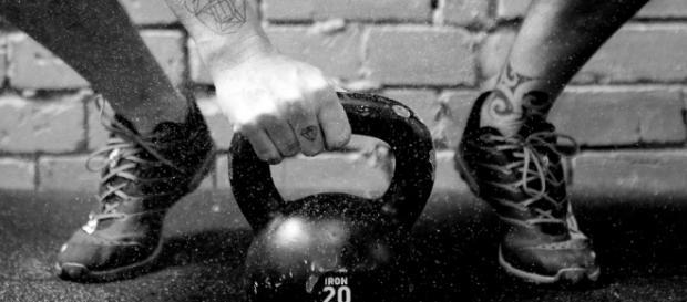 A prática de levantamento de peso é bem comum no esporte.