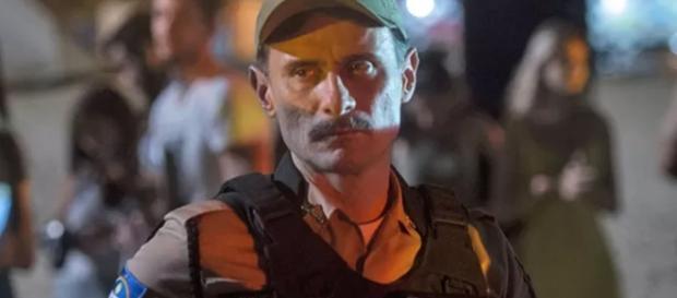 Enrique Diaz como o policial Douglas (Foto: Globo/Divulgação)