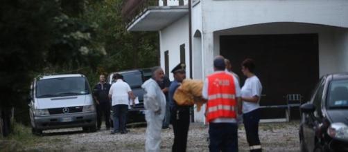 I soccorritori davanti al garage dove si è verificato lo scoppio