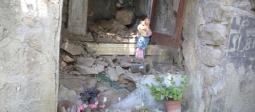 Particolare di un edificio sacro crollato ad Arquata del Tronto