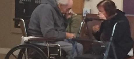 Casal de idosos chora sempre que se reencontra