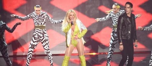 Britney Spears cantando en los VMA's 2016