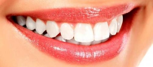 Entenda o porquê dos dentes ficarem amarelos e o que fazer para evitar o problema