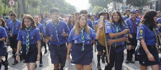 Miembros de la Comunidad Scout desfilando por la Ciudad de México. / Foto: Guillermo Almazán López