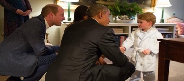Príncipe William e Barack Obama, agachados para falar com o príncipe George (Foto: GETTY)