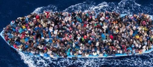 Barcone di migranti nel Mediterraneo.