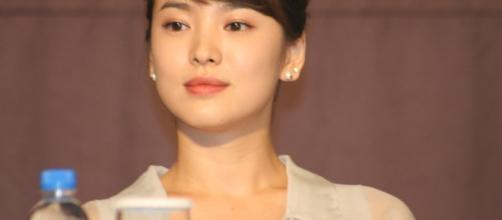 Beautiful and talented actress at press conference. Image via wikimedia commons