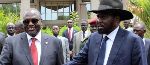 Salva Kiir (a la derecha) estrecha la mano de Riek Machar (izquierda) tras la firma del acuerdo de paz en 2011 (Aljazeera)