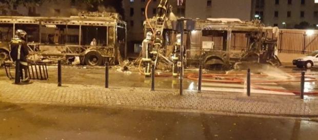 Autobus spalony przez muzułmański gang (fot. leparisien.fr)