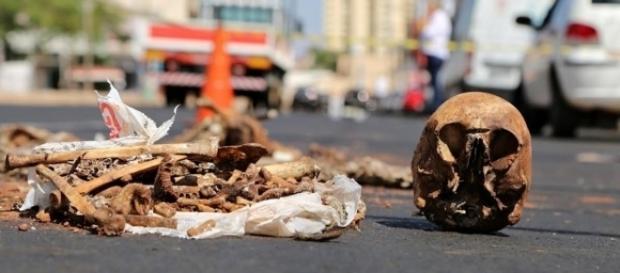 Homem desenterra ex-mulher e joga ossada no meio da rua.