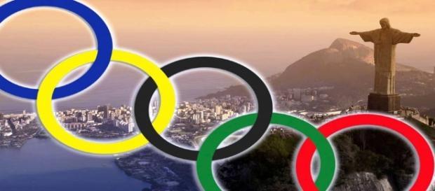 I 5 cerchi simbolo delle Olimpiadi e, sullo sfondo, Rio de Janeiro