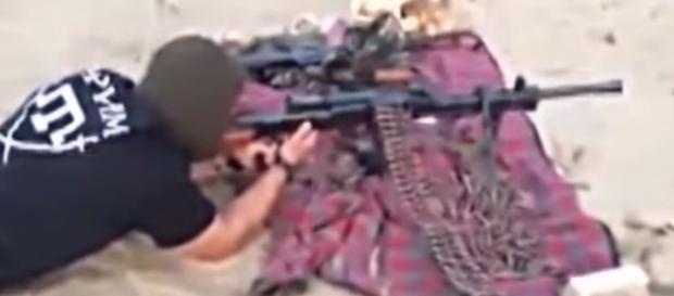 """Strzelanie z kaemu opartego na modlitewnym dywaniku? Typowe dla wahabitów. YouTube wideo Батальоны """"Крым"""""""