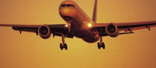 Avión al atardecer, viaja hacía su destino
