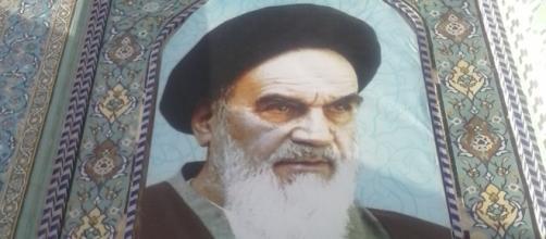 La omnipresente imagen icónica de Jomeini preside plazas y mezquitas.