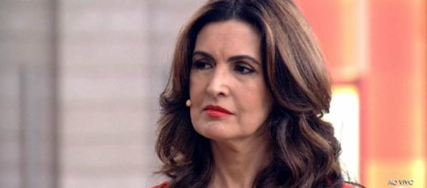 Fátima Bernardes passa por ritual na TV