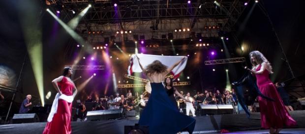 Il corpo di ballo della Notte della Taranta: passi di danza a favore dei terremotati. Fonte:www.pianetanotizie.it