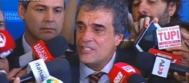 José Eduardo Cardozo chorou após fala de Janaína (Foto: Reprodução)