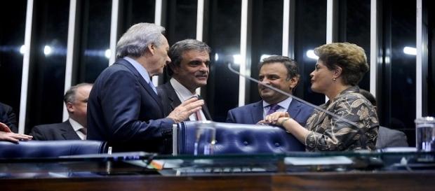 Políticos riem em intervalo de votação.