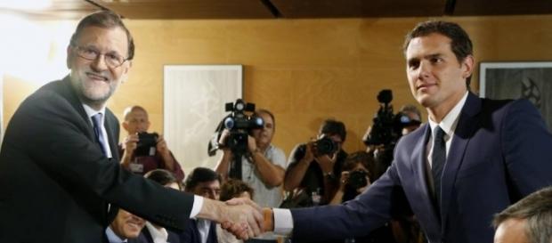 Saludo entre Mariano Rajoy y Albert Rivera tras la firma del pacto de investidura