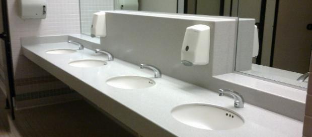 Uomo inglese si innamora contattando un numero scritto sul - Fare il bagno in inglese ...
