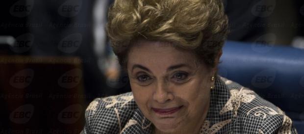 Dilma chora em discurso e pede voto pela democracia