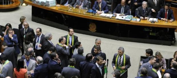 Senado aprova impeachment de Dilma
