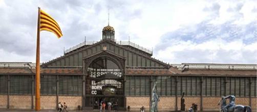 Entrada del Centre Comercial del Born, con las estatuas franquistas al lado para la Exposición.