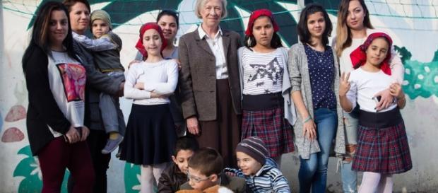 Jane Nicholson alături de câțiva dintre copiii ajutați de Fundația Fără