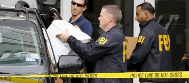 Miembros policiales del FBI en Nueva York, incautando documentación de la mafia Cosa Nostra