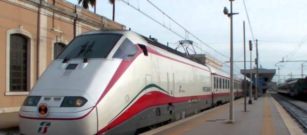 Un treno Frecciabianca in servizio sulla linea adriatica.
