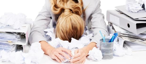 A Síndrome de Burnout apresenta sintomas físicos e emocionais
