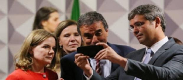 Defesa de Dilma joga Pokemon no senado?