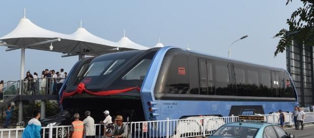 O protótipo do ônibus elevado deslocou-se por apenas 300 metros, mas atraiu muitos curiosos.
