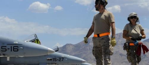 Personal de tierra español supervisa los aviones destacados al Red Flag en Nellis.