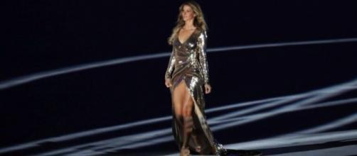 Gisele Bündchen desfilando na abertura das Olimpíadas Rio 2016