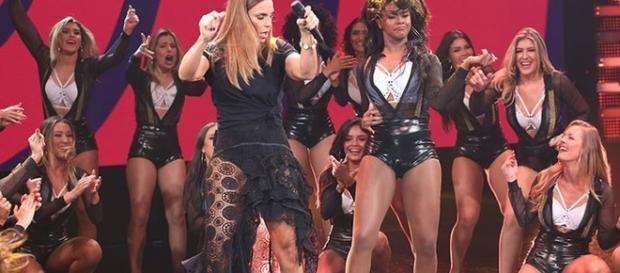 Ivete Sangalo arrasou com vestido transparente e pernas de fora