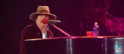 El piano de Axl comenzó a sonar de manera extraña durante uno de los conciertos de Guns n' Roses.